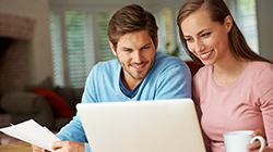 Mann und Frau schauen auf Laptop
