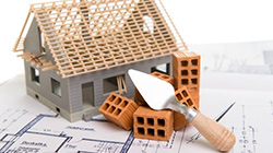 Rohabau Haus mit Backsteinen auf Bauplan
