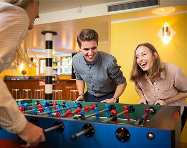 Auszubildende und duale Studenten spielen Tischkicker
